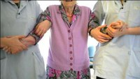 Une personne âgée avec des aides gériatriques